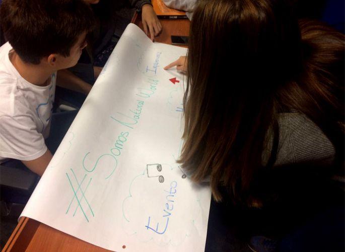 Alumnos de Maristas trabajando sobre el caso de Natural World Eco en ESIC