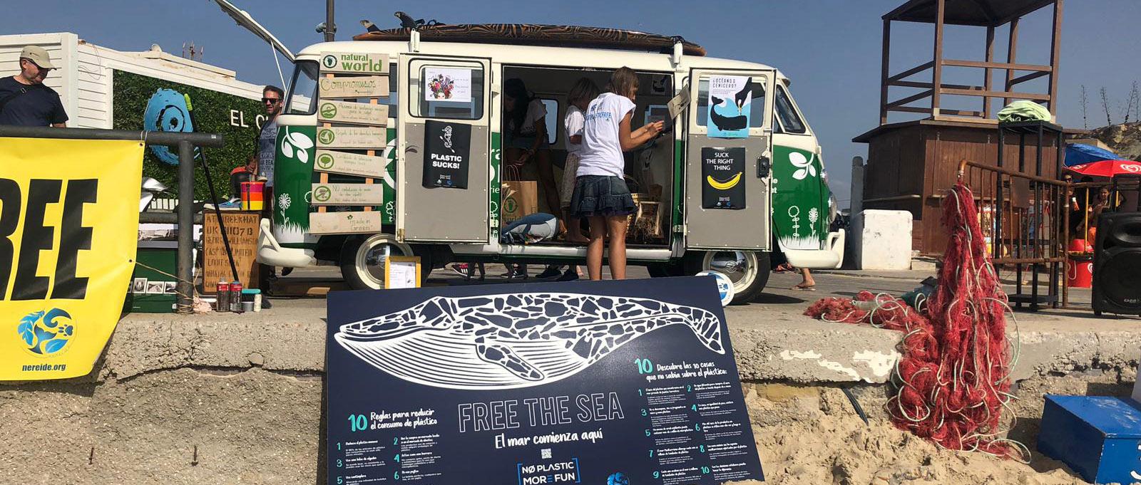 Furgoneta Natural World en la playa de tarifa